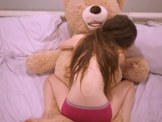 جميله وصغيرة وبتننطط علي الدب بتاعها